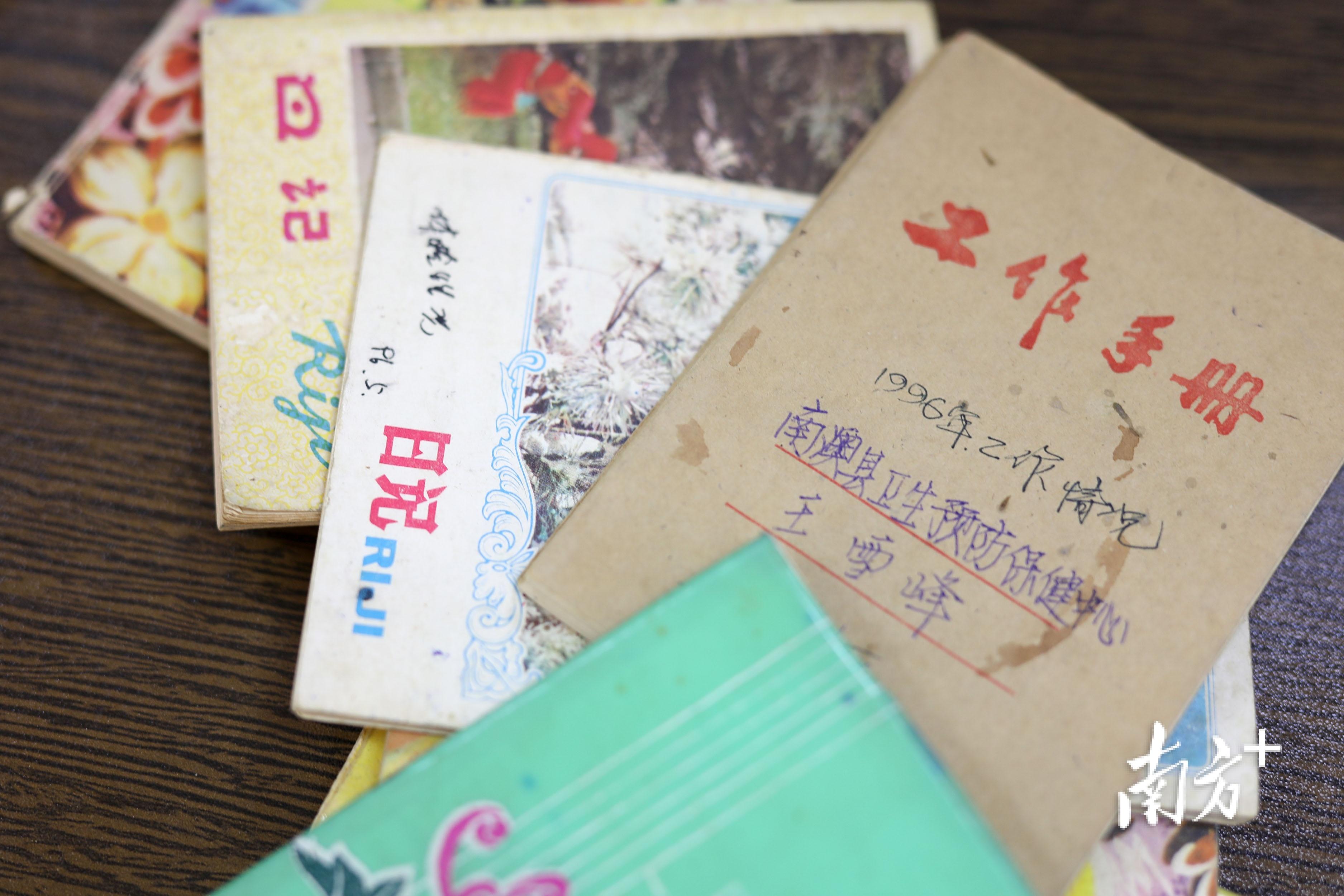 工作30多年,王雪峰攒下了一小摞工作笔记。