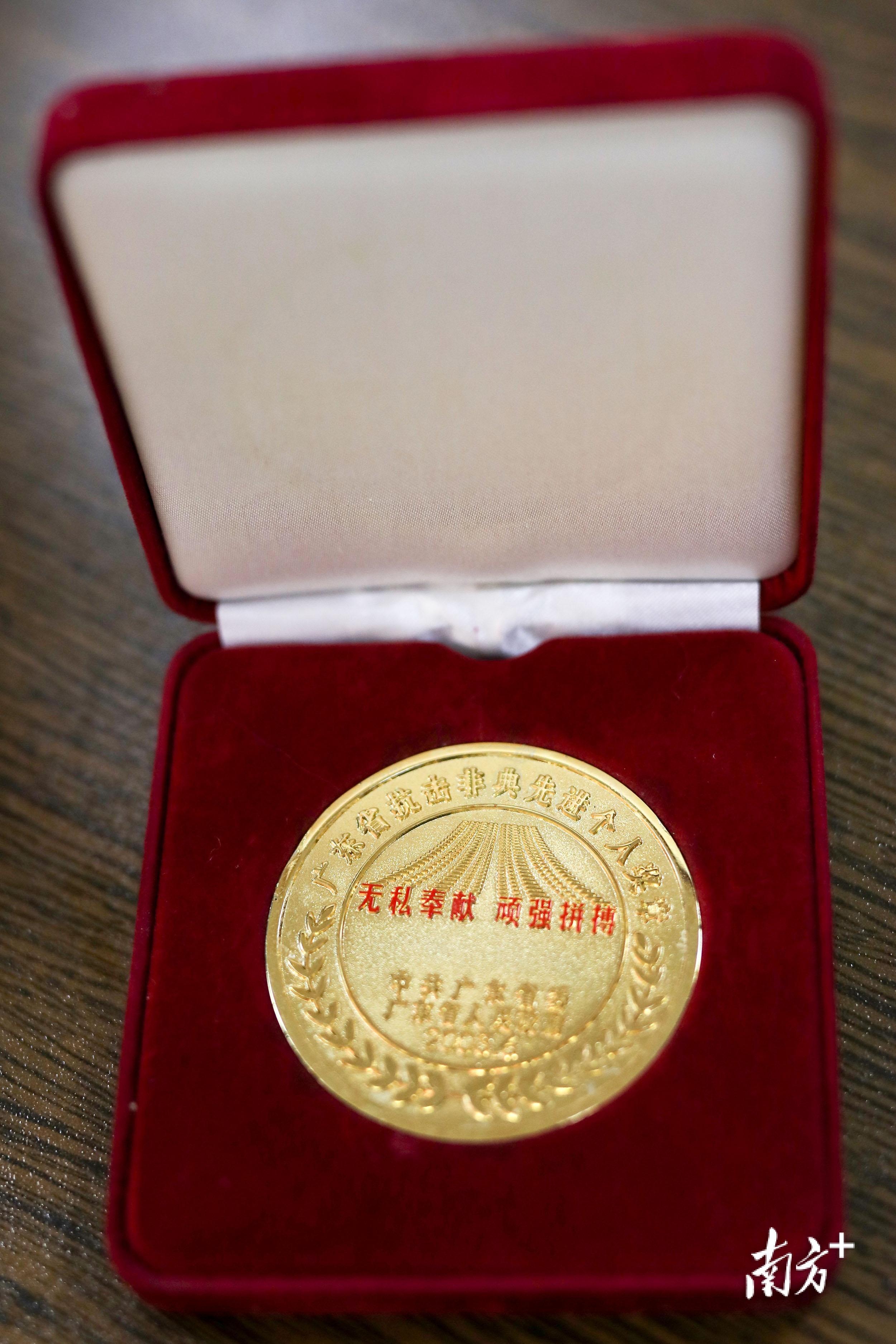 因在疫情中的突出贡献,王雪峰获评广东省抗击非典先进个人。