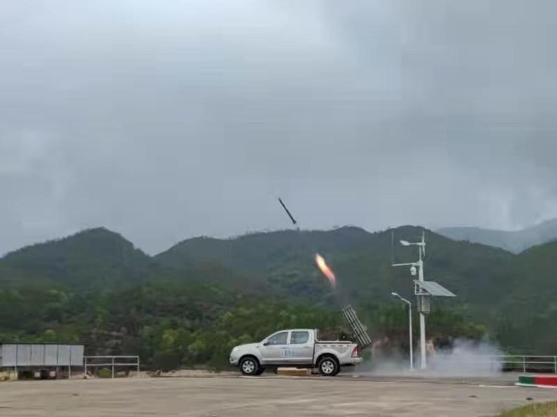 惠东县气象局在白盆珠水库共发射火箭弹。丘志华摄影
