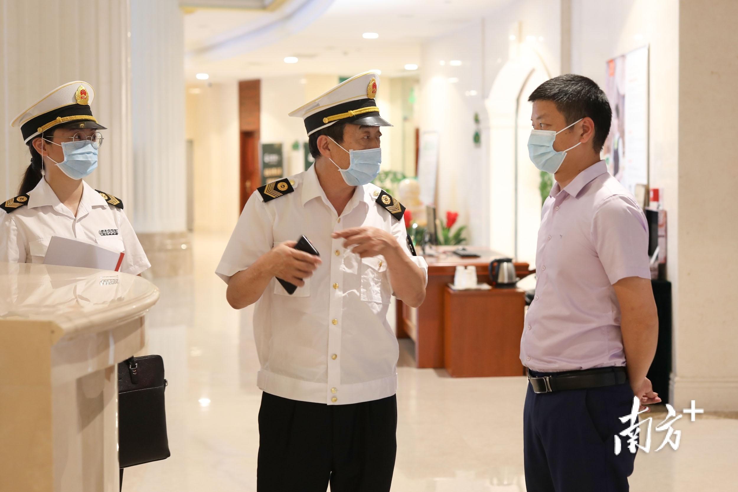 王雪峰在卫生执法现场。