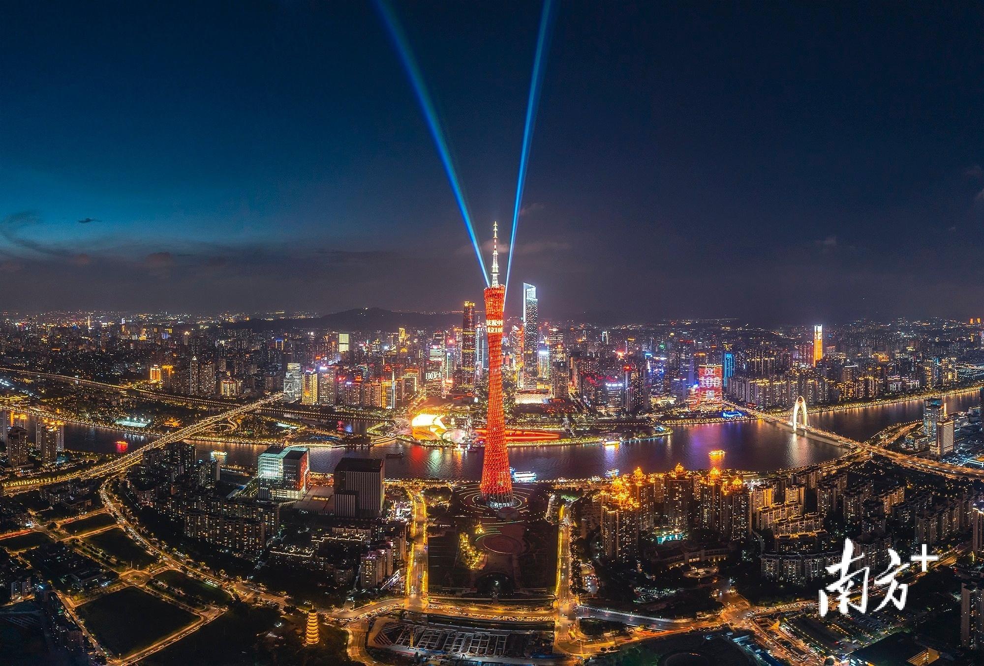 7月1日,广州上演震撼灯光秀,庆祝中国共产党成立100周年。 逸松 摄