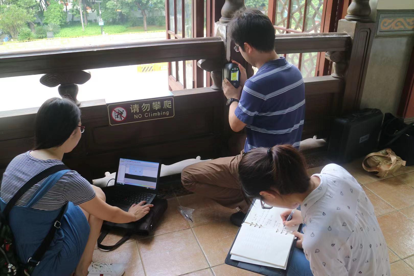 研究团队在广州中山纪念堂调研。(来源:南方都市报)