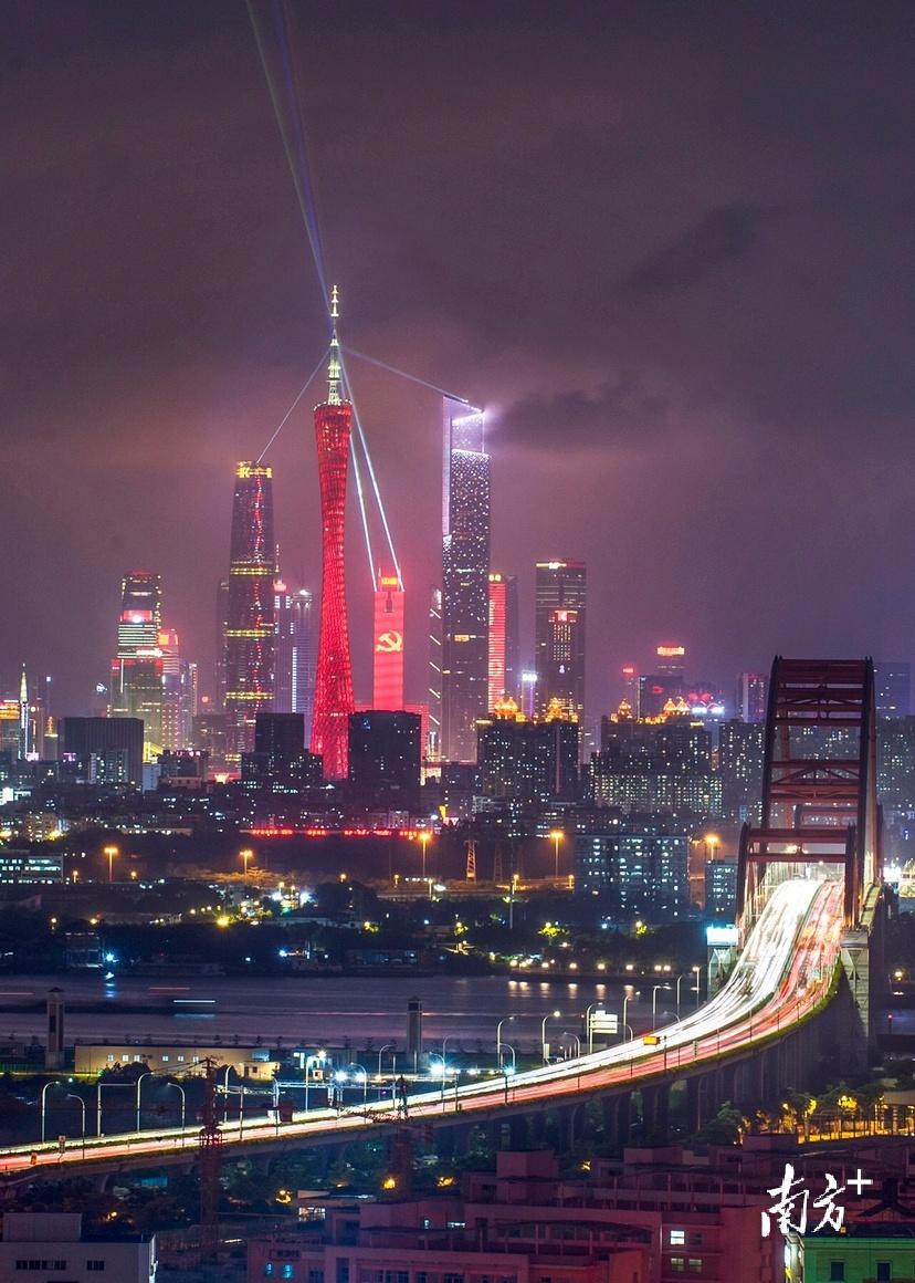 7月3日,广州新中轴建筑群灯光璀璨。 树競 摄