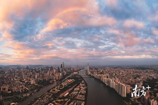 10月6日傍晚,日暮时分夕阳映红东方的云彩,云缝中隐约闪现一条彩虹。陈国亨 摄