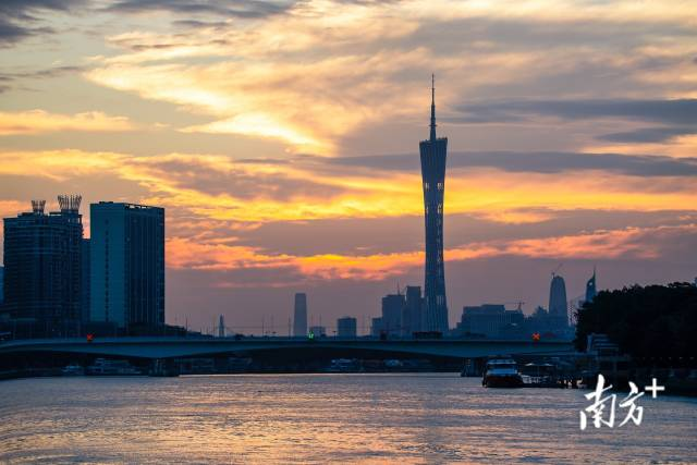 10月7日早晨,广州再现金秋朝霞。阿基 摄