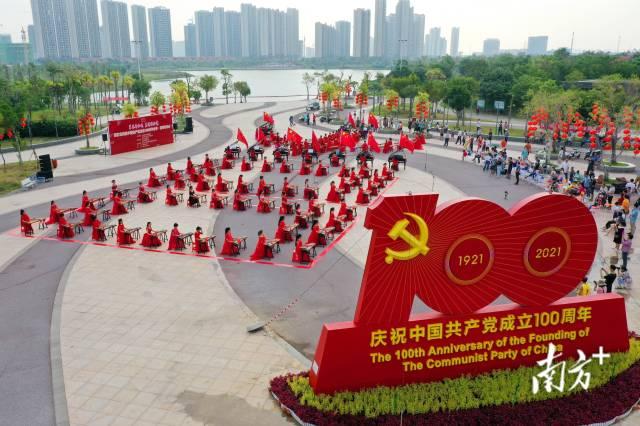 """10月7日,阳江漠阳湖公园举行""""筝琴齐和鸣,真情献给党"""",古筝、钢琴音乐会,吸引众多市民驻足欣赏。谭文强 摄"""