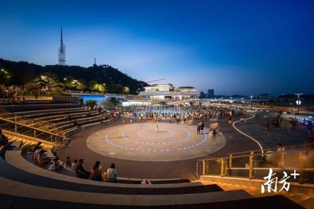 10月4日,珠海香炉湾城市广场,市民围着喷泉水池嬉戏。岳蘅 摄