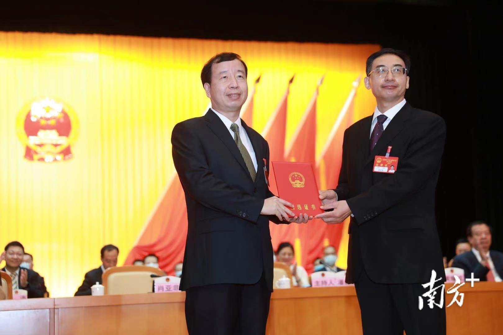 肖亚非当选为东莞市第十六届人大常委会主任