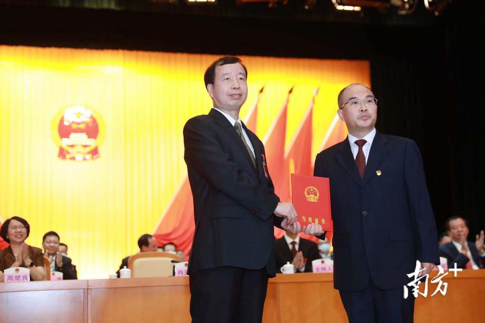 冯国华当选为东莞市监察委员会主任