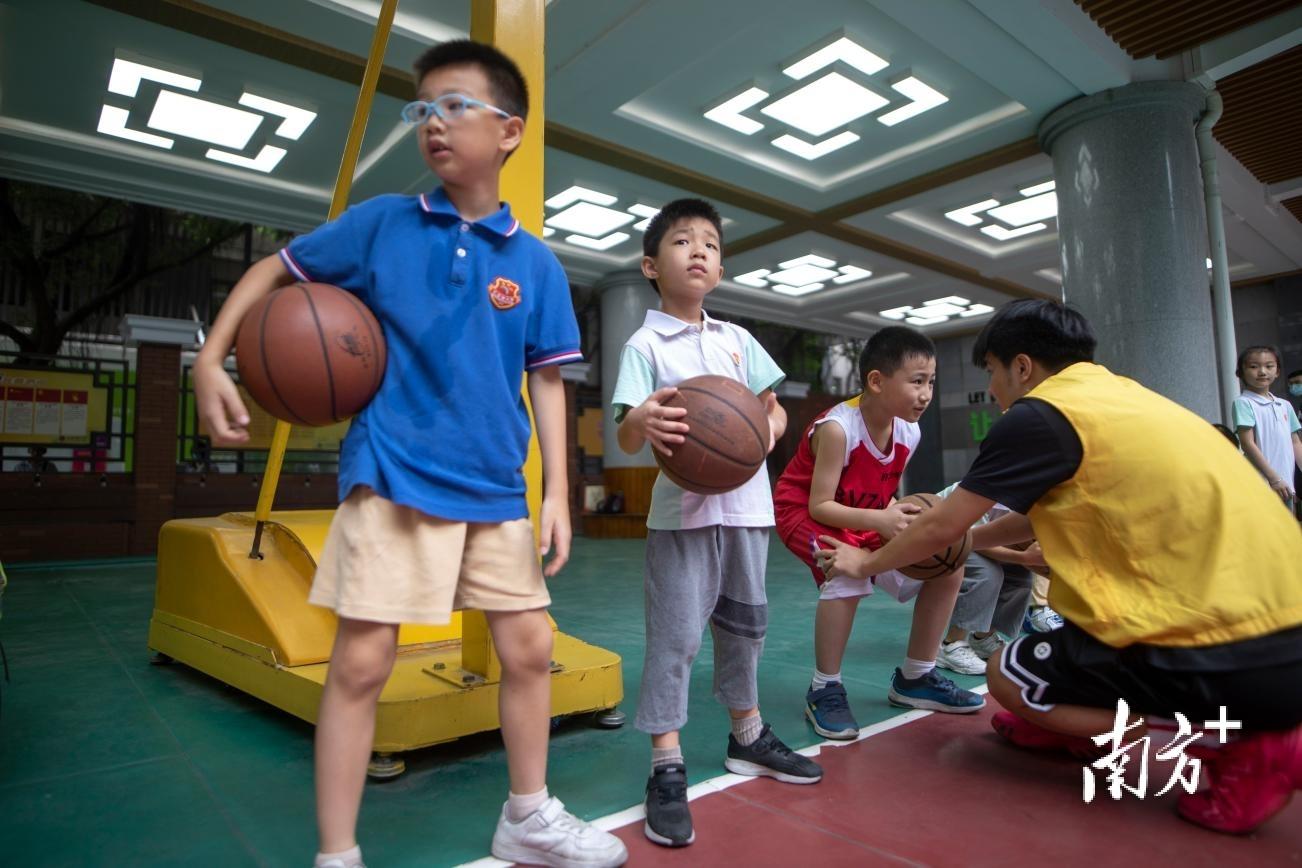 广州市越秀区小北路小学授课点的孩子们在上篮球课。