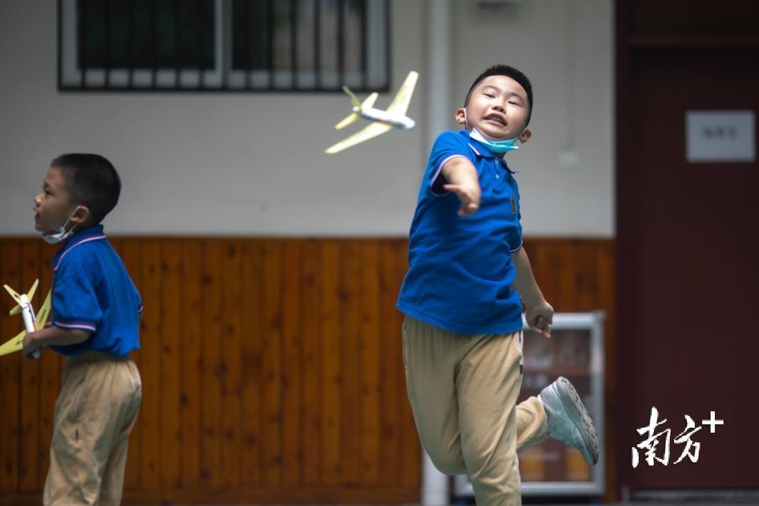 广州市越秀区小北路小学授课点的孩子们在上航天模型课。