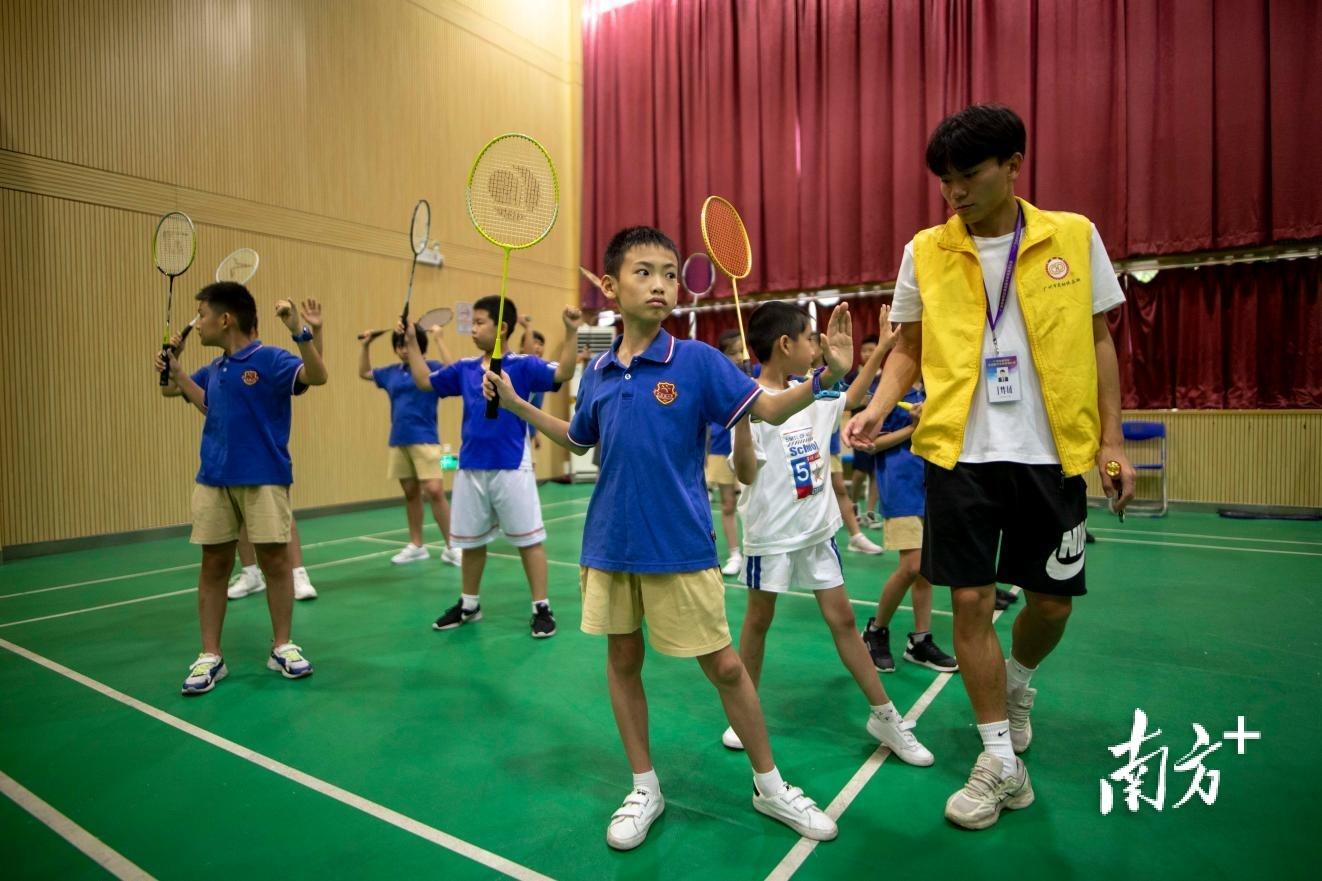 广州市越秀区小北路小学授课点的孩子们在上羽毛球课。