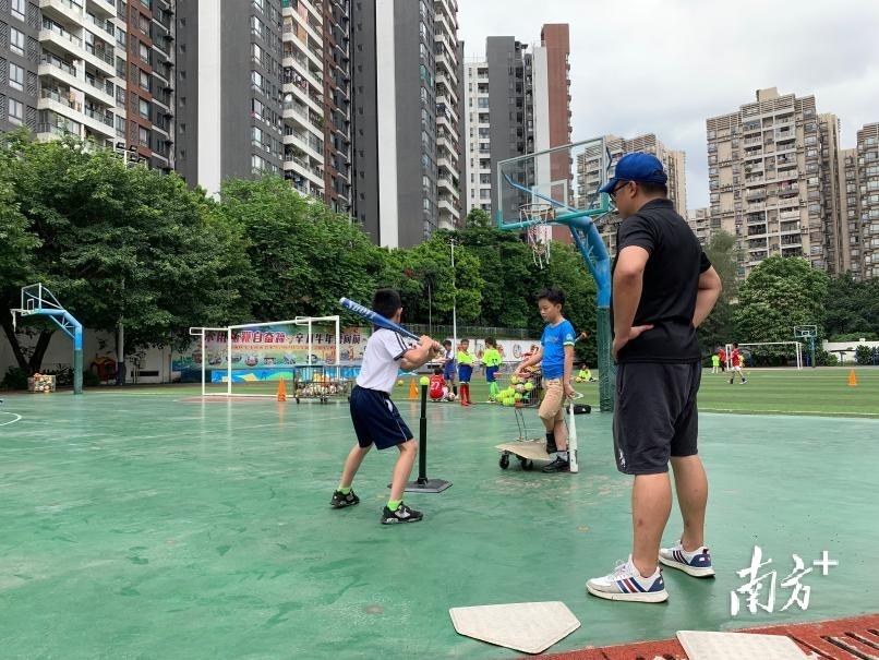 海珠区宝玉直实验小学的棒球特色课程。