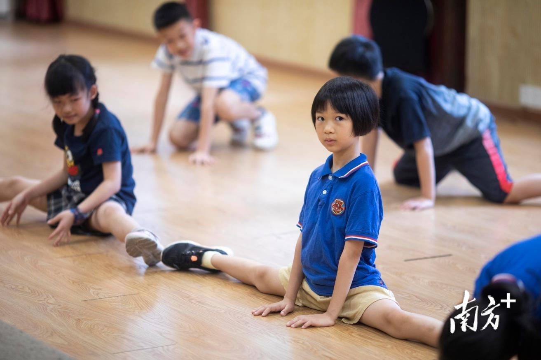 广州市越秀区小北路小学授课点的孩子们在上街舞课。