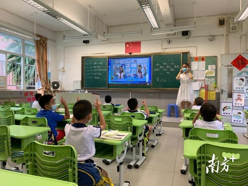 上午10时10分,海珠区宝玉直实验小学授课点课间休息,基本托管半天班的孩子在做无接触眼保健操。