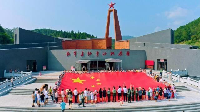 韶关红军长征粤北纪念馆吸引众多游客前来体验沉浸式红色旅游。