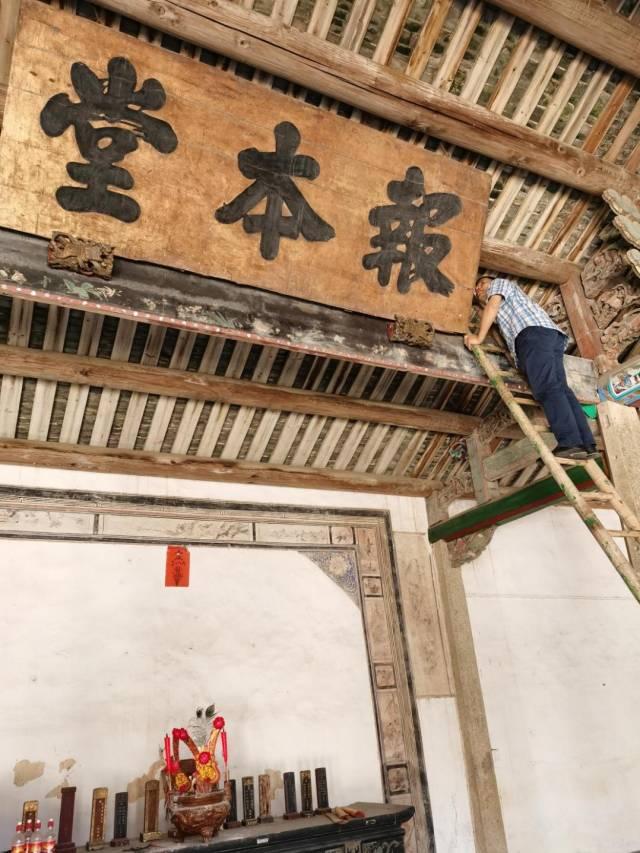 广东省文物鉴定站工作人员赴潮州市开展涉案文物鉴定工作。