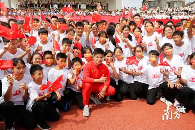 苏炳添与中山体校的小运动员们合影。南方+ 叶志文 拍摄