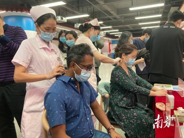 外国专家在东漖街道南粤杏林汇中医健康馆,体验中医传统疗法健康调理。