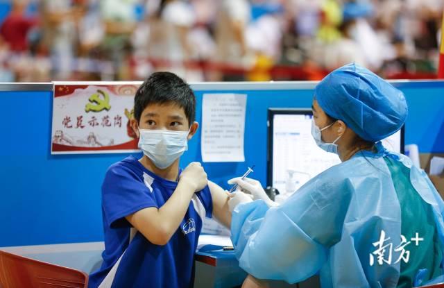在中山市体育馆新冠疫苗临时接种点,医护人员为学生接种疫苗。