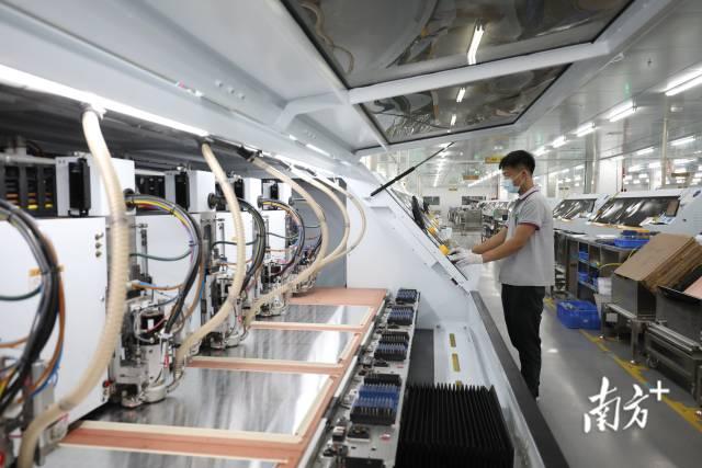 珠澳携手打造粤港澳大湾区国际科技创新中心的重要支点的进程正在加速。图为珠海中京电子电路有限公司智能化生产车间。