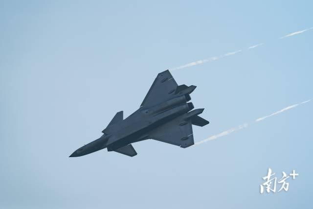 """9月28日,备受瞩目的歼-20战机,换上中国""""心""""亮相中国航展。请叫我小超人 摄"""