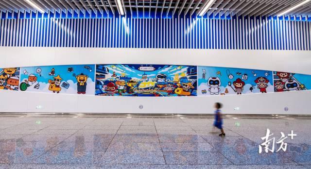 9月29日,广州地铁番禺广场站,一幅动漫主题宣传画吸引小朋友的关注。吉大师 摄