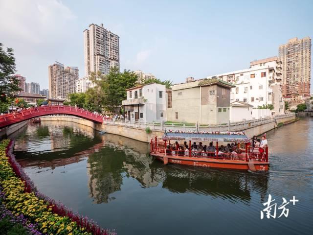 10月2日,国庆节期间,游客乘坐游船欣赏广州西关美景。李志豪 摄