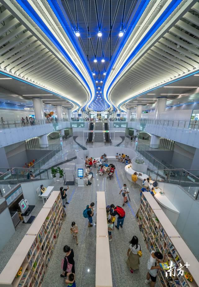 10月2日,广州地铁18号线番禺广场站,特色的读书吧吸引市民驻足阅览 。wmy 摄