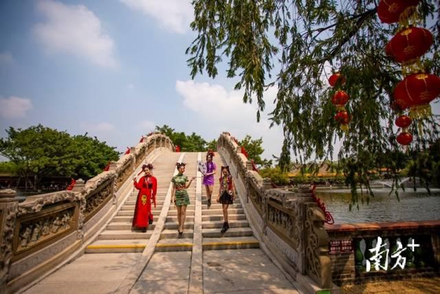 10月2日,广州宝墨园,姑娘们穿着传统服饰在游园。获得生命 摄