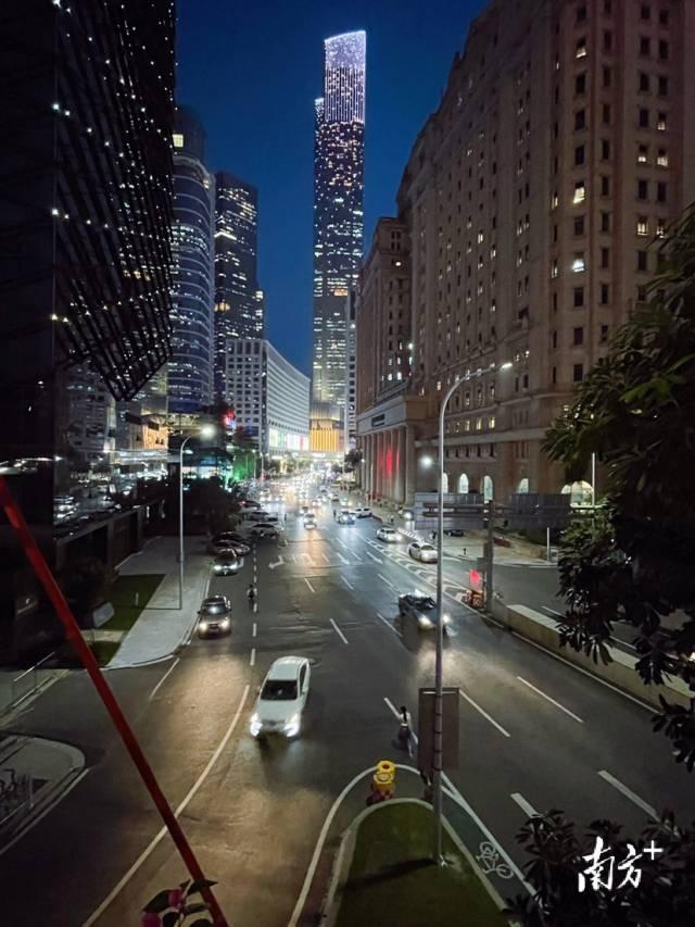 9月27日傍晚,广州珠江新城CBD华灯初上,流光溢彩。微游寰宇 摄