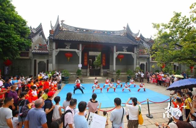 10月1日国庆节,广州番禺余荫山房举行丰富多彩的活动,吸引市民观看。小塘荷花 摄