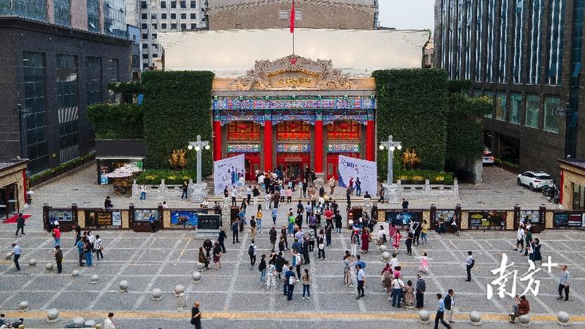 在陕西人民剧院大门口前,开场前半小时,取票队伍已经排起了长龙。