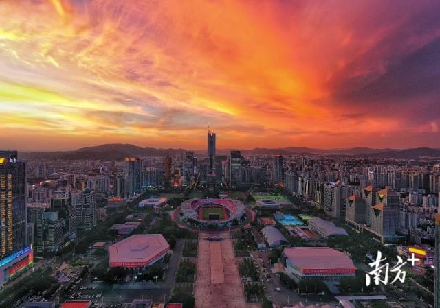 入伏首日,广东多地被晚霞染红天际线